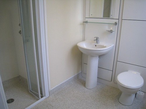Youth Hostel - en suite bathroom